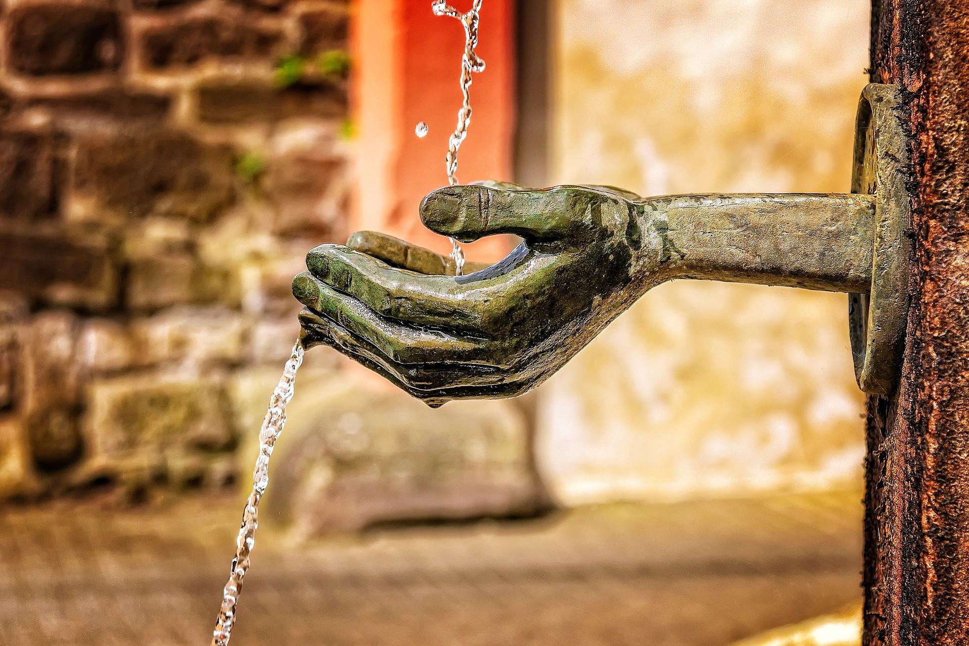 Fuente de la que cae un chorro de agua