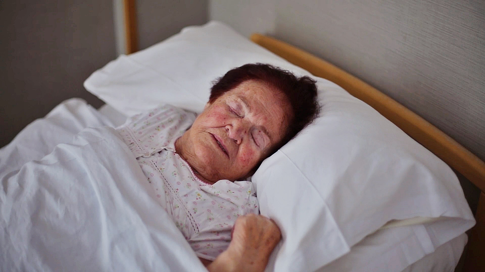 Mujer mayor durmiendo en su cama
