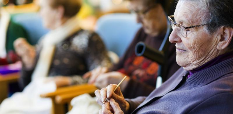 Mujer mayor tejiendo