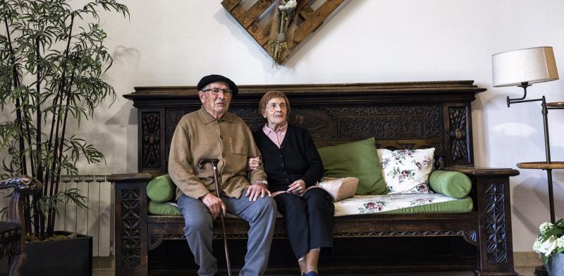 Pareja de personas mayores sentadas y cogidas de la mano