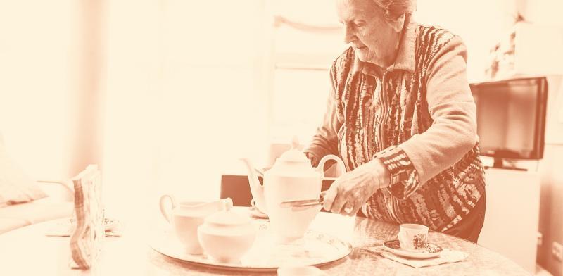 Mujer mayor poniendo la mesa