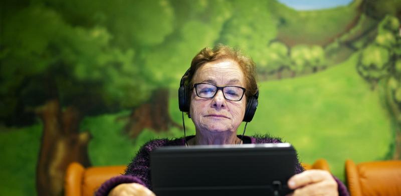 Mujer mayor con una tablet