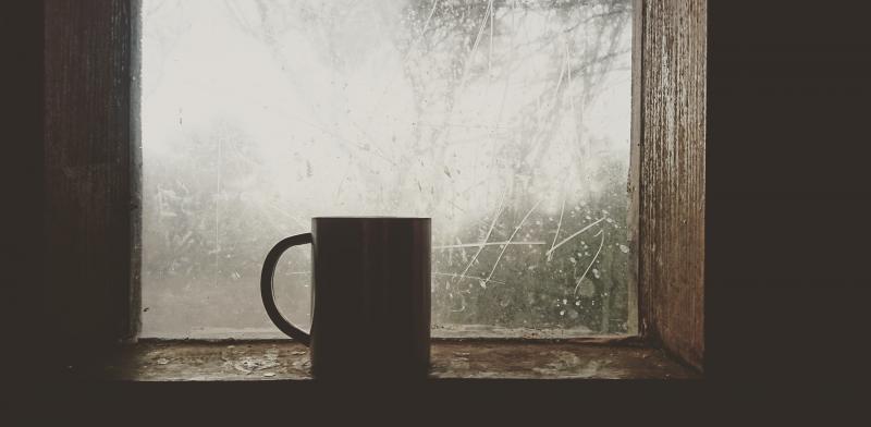 Taza en el alfeizar de una ventana