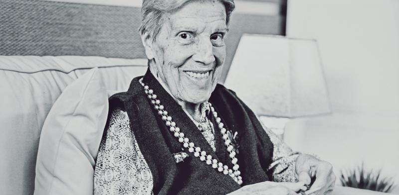 Retrato a una mujer mayor bordando