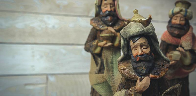Fotografía a tres figuras de los reyes magos