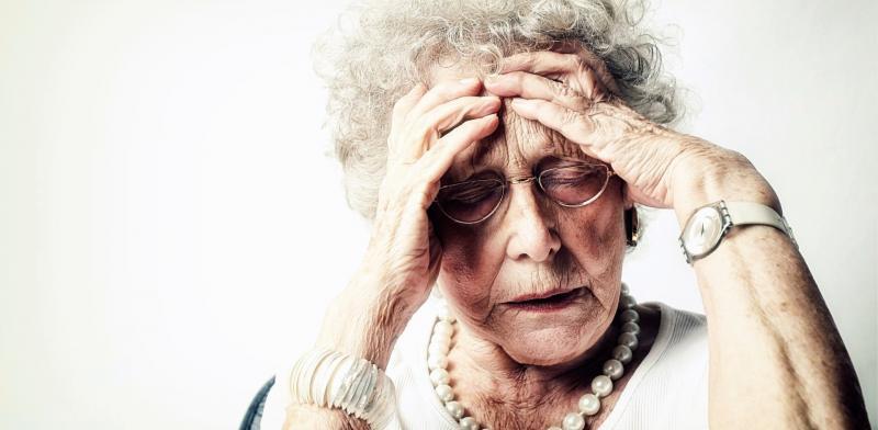 Mujer mayor con un gesto de dolor