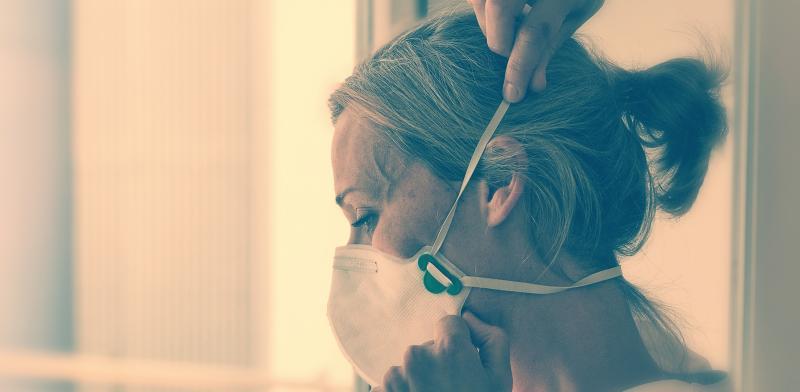 Enfermera poniéndose una mascarilla