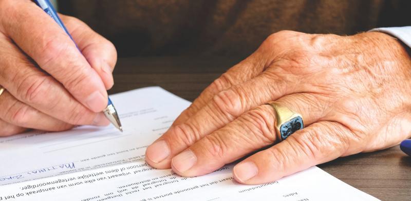 manos de una persona mayor escribiendo