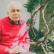 Persona con alzheimer disfrutando en el jardín